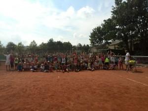 """Im Rahmen der Ferienfreizeit des SFG besuchten vom 25.07 .- 27.07. insgesamt 210 Kinder unsere Anlage und schnupperten gemeinsam mit uns und unserem Trainer Philipp Schneider von der Tennisschule Tennisbase """"Tennisluft"""". Es war eine tolle Erfahrung und hat allen Beteiligten viel Spaß gemacht. Auf sieben Plätzen konnten die Kinder verschiedene Stationen rund um das Tennisspiel durchlaufen und den Tennisschläger schwingen. Zum Abschluss gab es noch ein kleines Showmatch zwischen dem Trainer und unseren Jugendspielern Niko Mehn und Hagen Mettler, im Anschluss bekam jedes Kind eine Urkunde überreicht. Wir bedanken uns beim SFG und den fleissigen Helfern Philipp Schneider, Anne Menzel, Niko Mehn, Hagen Mettler, Marieke van Even, Bernd Gelz, Marie Rösner und Mira Jarding! Danke, ihr wart spitze!"""