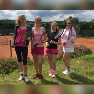 Unsere zweite U18 Mädchenmannschaft gelang nach einer guten Medenspielsaison ein starker 4. Platz und damit der Verbleib in der C-Klasse. ( Spielerinnen v.l.: Anne Sprute, Marieke VAn Even, Marie-Claire Ertz und Marie Rösner, nicht im Bild: Hannah Oster, Anastasia Bigildina)